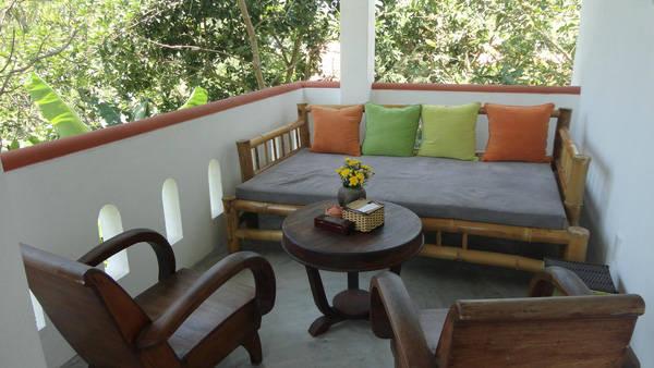 Bàn uống nước, nghỉ ngơi đặt bên ngoài hành lang là nơi yêu thích của các du khách. - @gerardreinmuth