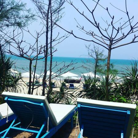 """Hai chiếc ghế dài """"thần thánh"""" mang lại cảm giác nghỉ ngơi tuyệt vời nhất khi bạn ở Homestay với view biển, trời, mây đẹp tựa thiên đường. - @nichorridge"""