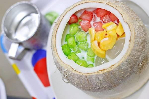 Chè củ năng trái dừa: Đây là loại chè có nguồn gốc Thái Lan, hấp dẫn từ màu sắc tới hương vị. Bên trong quả dừa nhỏ gồm nhiều nguyên liệu bắt mắt như thạch củ năng, hạt thốt nốt, mít, thạch dừa… mang vị ngọt thanh, thơm mùi nước dừa. Giá một phần là 45.000 đồng, được bán ở hàng chè số 30 Hàn Thuyên. Ảnh: Chè Thái Lan.
