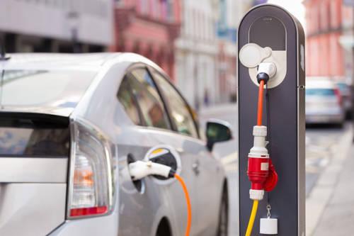 50 m lại có một chỗ để ô tô sạc điện: Một trong những thế mạnh của Hà Lan là hệ thống giao thông bền vững. Chính phủ đang nỗ lực giảm thiểu tối đa việc người dân sử dụng xe ô tô chạy bằng xăng hay dầu diesel, thay vào đó là khuyến khích dùng ô tô điện để bảo vệ môi trường. Do đó, nhiều điểm sạc điện đã được xây dựng để người dân có thể nạp năng lượng cho những chiếc ô tô điện.