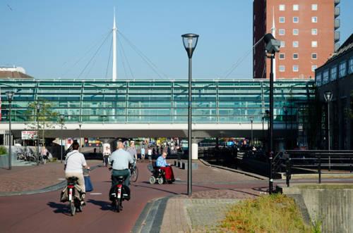Ở Hà Lan có thị trấn mà chẳng ai đi ô tô: Thị trấn Houten của Hà Lan được coi là nơi an toàn nhất thế giới. Đầu những năm 1980, 4.000 cư dân của thị trấn đã khuyến khích mọi người nên đi xe đạp nhiều hơn là sử dụng ô tô. Đến nay, mọi người trong thị trấn đều đạp xe khi di chuyển.