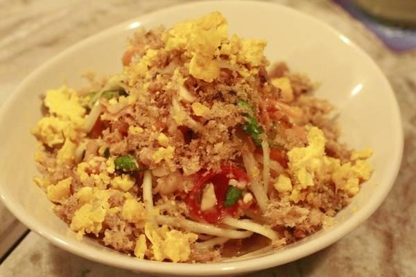 Gỏi đu đủ cá trê, tôm khô và trứng muối là một trong những khai vị được yêu thích trong các nhà hàng Thái ở Sài Gòn. Cá trê chiên xù, giòn tan cùng với vị bùi bùi của trứng muối, thêm ít đu đủ bào sợi rồi trộn chung với nước mắm chua ngọt, ăn hoài không thấy ngán.