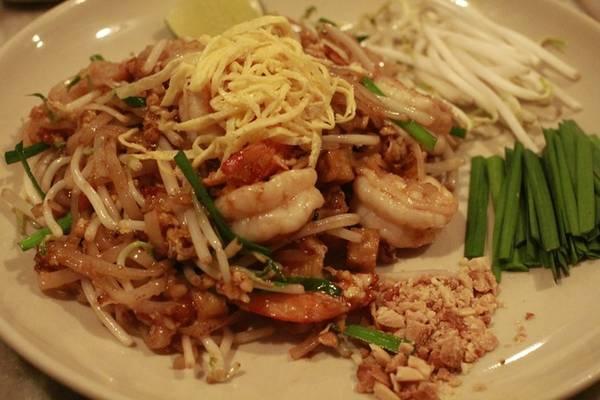 Pad Thái là món ăn yêu thích của hầu hết tín đồ món Thái. Sau khi dọn lên, vắt thêm tí chanh, một ít ớt bột sau đó trộn đều là có ngay một đĩa pad Thái đủ vị chua, cay, ngọt, thêm vị bùi của đậu phộng.