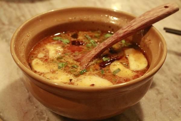 Tom yum nước dừa cay xè, béo béo - kiểu canh chua cay nổi tiếng của Thái Lan, đặc biệt ngon khi bạn ăn chung với cơm chiên hải sản. Nếu không ăn cay được, bạn có thể nhờ đầu bếp gia giảm vị cay cho thích hợp với vị giác của mình.