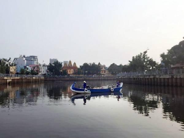 Du thuyền kênh Nhiêu Lộc:  Tour du lịch sông nước này cho bạn cảm giác Sài Gòn bình yên và trầm mặc từ giai điệu từ chiếc kèn harmonica, những câu hát đờn ca tài tử. Thuyền xuất bến ở bến thuyền Lê Văn Sỹ (quận 3) hoặc bến Thị Nghè (quận 1), đưa bạn đi 4,5 km trên dòng kênh Nhiêu Lộc uốn lượn quanh co theo những thăng trầm của Sài Gòn. Giá cho một người đi trên thuyền Phụng (3-5 người/ thuyền) là 220.000 đồng và vé trên thuyền Qui (10-22 người/ thuyền) là 110.000 đồng. Ảnh: Thảo Nghi.