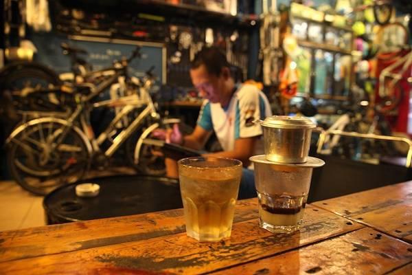 Trải nghiệm văn hóa cà phê Sài Gòn: Không chỉ là thức uống, cà phê còn trở thành một nét văn hóa của người Sài Gòn. Đến nơi này lần đầu, hãy thử cảm nhận nhịp sống ấy qua những phong cách uống cà phê khác nhau. Sáng ngồi cà phê cóc ở vỉa hè, nghe người Sài Gòn bàn về mẩu tin trên tờ báo mới, trưa ghé quán cà phê của những người yêu nhiếp ảnh hay mê xe độ để thêm kết nối đam mê. Sài Gòn xưa trong quán cà phê vợt 50 năm không ngủ cũng là nét văn hóa bạn nên trải nghiệm. Ảnh: Tâm Bùi.