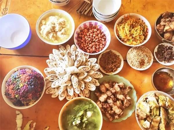 Mâm cỗ đầy ắp những món ăn gia đình Tây Bắc chỉ có thể thưởng thức đúng vị ở chính nhà người bản địa.