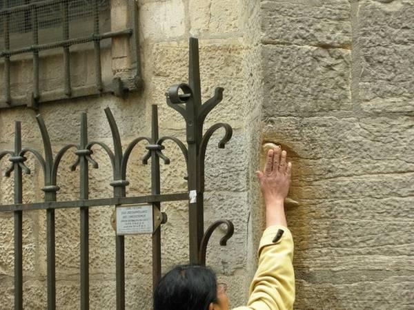 Theo truyền thống, việc xoa tượng cú Dijon ở Nhà thờ Đức bà (Paris, Pháp) bằng tay trái sẽ biến mơ ước của bạn thành sự thật.