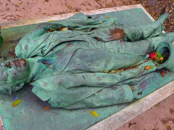 """Tại mộ của Victor Noir ở Paris, du khách thường xoa phía trước quần và đặt hoa vào mũ của ông để cầu mong khả năng sinh con và đời sống phòng the thỏa mãn. Năm 2004, chính quyền đã làm hàng rào quanh tượng và tuyên bố """"bất cứ ai gây tổn hại cho bức tượng bằng cách vẽ bậy hay xoa chỗ nhạy cảm sẽ bị xử phạt"""". Tuy nhiên, điều này bị phản ứng mạnh mẽ tới mức hàng rào đã được dỡ bỏ."""