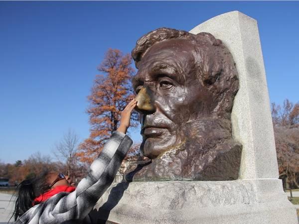 Đến mộ của Lincoln ở Springfield, Illinois, Mỹ, bạn sẽ gặp may nếu xoa mũi bức tượng cố tổng thống Mỹ bằng đồng. Nhà điêu khắc Gutzon Borglum, người thiết kế bức tượng này, cũng là tác giả của đài tưởng niệm núi Rushmore nổi tiếng.