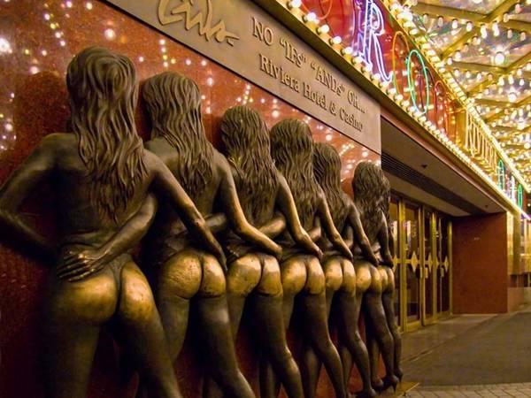 Chạm vào vòng 3 của loạt tượng đặt ngoài khách sạn kiêm sòng bạc Riviera ở Las Vegas (Mỹ) được cho là sẽ đem lại vận may trong các trò đỏ đen. Hiệp hội Phụ nữ quốc gia của Mỹ phản đối việc đặt cụm tượng này tại đây vào năm 1997, cho rằng chúng làm giảm giá trị con người, nhưng không ngăn nổi người chơi đổ về đây trước khi vào sòng bạc.