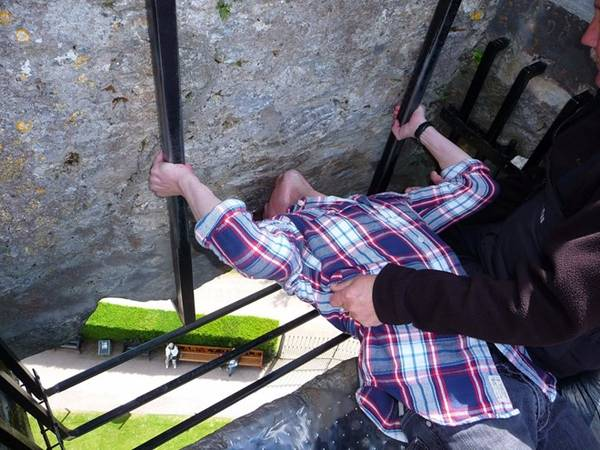 Tương truyền, hôn tảng đá Blarney ở Ireland sẽ đem lại cho bạn tài hùng biện và khả năng thuyết phục. Tảng đá nằm trong tường của lâu đài Blarney, và bạn phải thực hiện nụ hộ trong tư thế lộn ngược.