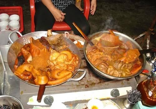 Phá lấu bò - món ăn đặc trưng của dân Sài Thành - trở nên vô cùng hấp dẫn vào những ngày lạnh. Nội tạng bò được chế biến theo phong cách người Hoa, luôn đặt trên bếp lửa nóng. Khi ăn, thực khách nêm thêm một ít mắm me mặn mặn chua chua, chấm với bánh mì là đủ cho một bữa tối no nê, ấm áp. Ảnh: binhtinh