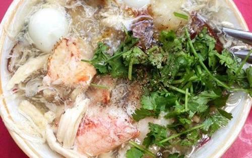 Súp cua - món ăn kinh điển sau giờ làm việc của giới văn phòng - trở nên hấp dẫn hơn trong những đêm mưa gió. Còn gì tuyệt vời hơn việc xì xụp húp chén súp nóng hổi, béo ngậy, đầy ắp thịt cua, trứng cút, trứng bắc thảo... dưới mái hiên một quán gánh trong hẻm nhỏ ở Sài Gòn.