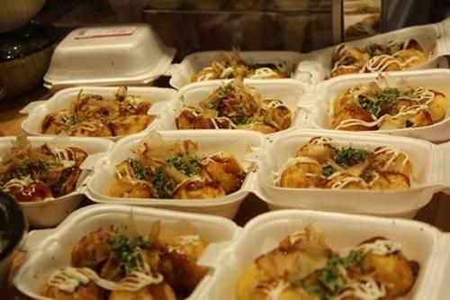 Takoyaki, thức ăn đường phố của Nhật Bản đang được ưa chuộng ở Sài Gòn, cũng vào danh sách những món nên thưởng thức khi trời mưa. Hộp bạch tuộc chiên với bột nóng hổi, ăn kèm nước sốt đặc biệt đậm đà, mayonnaise béo ngậy khiến đường về nhà của bạn như ngắn lại.