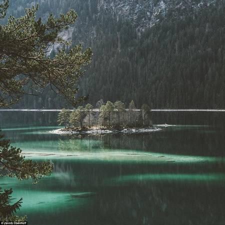 Cụm cây nhỏ này thực chất là một trong 8 hòn đảo trên hồ Eibsee ở Đức, có tên Ludwigsinsel.