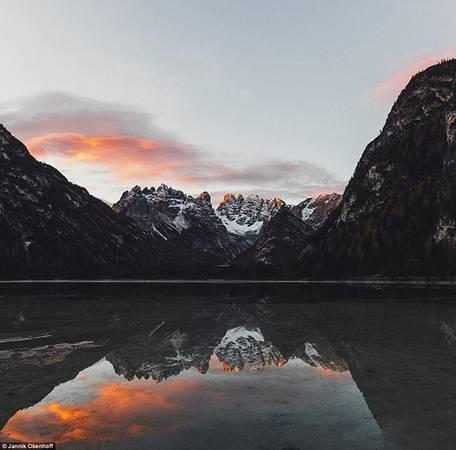 Đỉnh núi phủ tuyết của Dolomites phản chiếu trên mặt nước hồ Dürrensee ở Nam Tyrol, Italy.