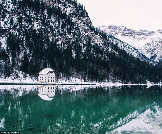 """Khá nhiều ảnh Obenhoff chia sẻ trên Instagram không ghi địa điểm, như bức ảnh chụp biệt thự ven hồ mà cậu gọi là """"ngôi nhà mơ ước""""."""