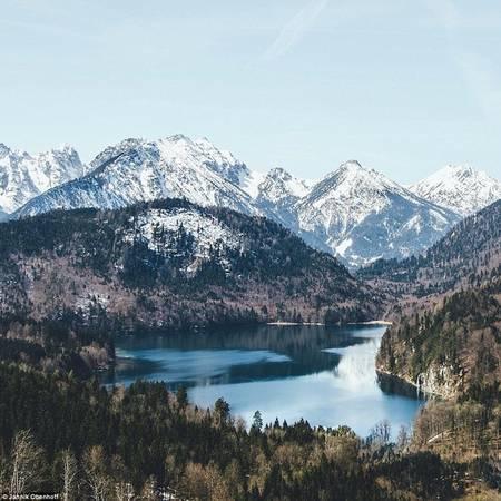 Hầu hết ảnh của nhiếp ảnh gia nhỏ tuổi này đều có sự xuất hiện của núi non hay hồ nước. Trong ảnh là khung cảnh tuyệt đẹp gần lâu đài Hohenschwangau, Đức.