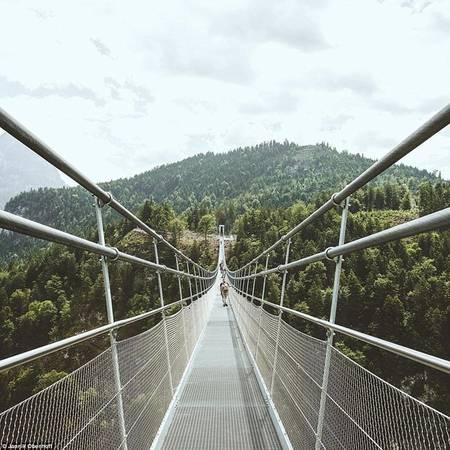 Obenhoff ghi lại hình ảnh cầu treo Holzgau, điểm du lịch nổi tiếng ở Áo.