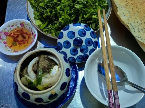Tới Phú Yên không thể không khám phá những món ăn đặc sản biển độc đáo. Hãy tưởng tượng bạn đang ngồi bên bãi biển lộng gió, nếm thử mùi vị khác lạ của món gỏi bao tử cá ngừ, mắt cá ngừ tiềm thuốc bắc, cá ngừ tươi cuộn lá cải xanh chấm mù tạt, cà ri vi cá… quả là 1 cảm giác vô cùng tuyệt vời.
