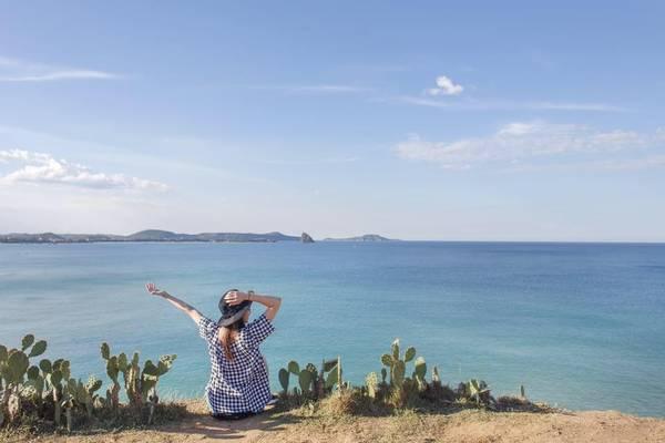 Bãi Xép những ngày cuối tuần, có những lúc biển vắng sóng êm đến nao lòng. Nơi đây được ví như một cô gái trẻ duyên dáng, mang trong mình chất hoang dã, thôn quê. Khung cảnh trời, biển thênh thang, rộng lớn giúp Hari Won có những bức ảnh tuyệt đẹp.