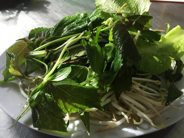 Cùng đó là đĩa rau thơm gồm tía tô, cải xà lách, rau răm, giá. Đĩa rau này giúp người ăn có cảm giác ngon miệng và không bị ngán.