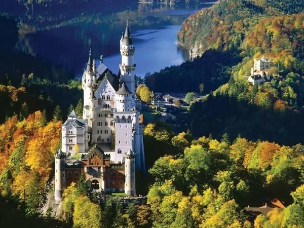 Vùng Bavaria, Đức nổi tiếng là nơi có mùa thu tuyệt đẹp trong mắt du khách. Nơi đây cũng là điểm đến hút khách du lịch vào mùa thu, với lễ hội Oktoberfest ở Munich.