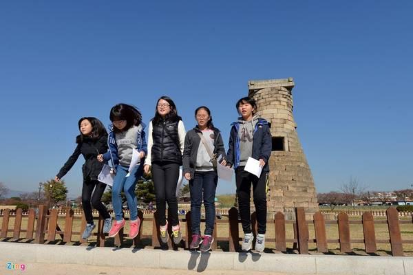Ngoài các công ty du lịch thường xuyên dẫn khách đến tham quan, nơi đây còn là điểm đến thu hút giới trẻ tìm đến học lịch sử và giao lưu văn hóa.