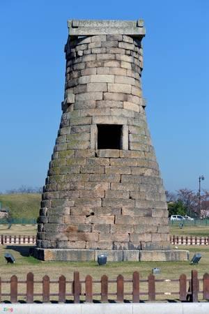 Đế của đài thiên văn hình vuông bốn cạnh tượng trưng cho 4 mùa xuân, hạ, thu, đông. Mỗi cạnh tháp có ba viên đá tượng trưng cho 3 tháng trong tiết.