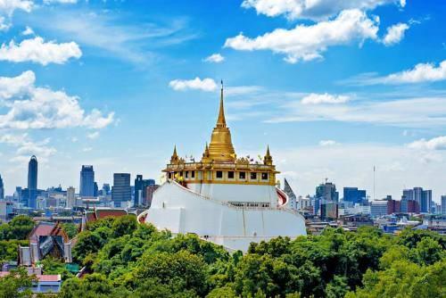 Nằm ngay giữa trung tâm thủ đô, Wat Saket trông như một ốc đảo nhỏ được bao quanh bởi rừng cây xanh mát. Ảnh: Bangkok.
