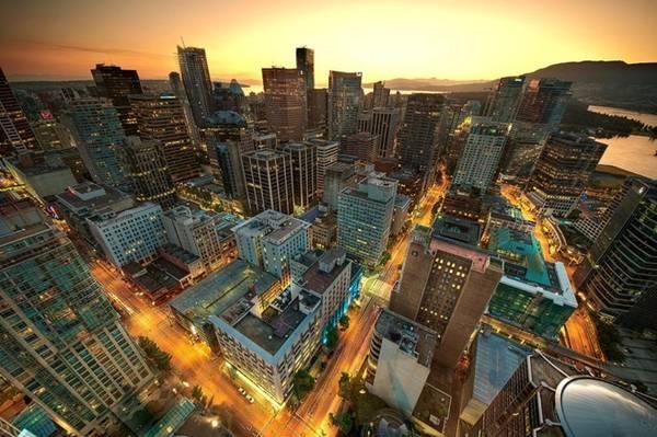 Trung tâm Vancouver lúc hoàng hôn: Harbour Centre trở thành biểu tượng của Vancouver kể từ khi mở cửa năm 1977. Trên đỉnh là một đài quan sát 360° Vancouver Lookout và một nhà hàng. Thang máy bằng kính từ mặt đất lên tới đỉnh chỉ mất 40 giây. Ảnh: Magnus Larsson.