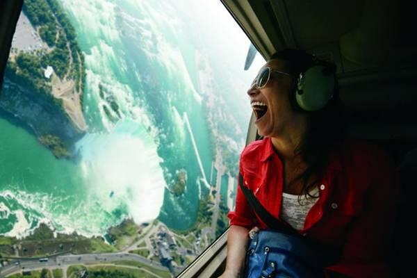 Thác Niagara, Ontario: Đây là một trong những thác nước hùng vĩ nhất thế giới. Trong ảnh là ngọn thác Horseshoe nhìn từ trên cao, ở biên giới Mỹ - Canada. Ảnh: Destination Canada.