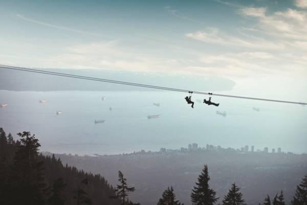 Ngắm Vancouver từ zipline: Một trong những cách khám phá Vancouver mang lại cảm giác mạnh là đi zipline qua cánh rừng già, những mỏm núi, khe núi ở dãy Grouse Mountain. Nơi đi zipline cách trung tâm Vancouver chưa đến 30 phút lái xe, có thể đi bằng xe buýt và các phương tiện giao thông công cộng. Ảnh: Grouse Mountain.