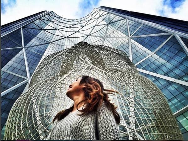 Tượng Wonderland ở Calgary: The Bow ở trung tâm Calgary là tòa nhà cao nhất trong thành phố, và cao thứ hai ở Canada ngoài Toronto. Bên ngoài tòa nhà có tượng đầu một cô gái trẻ cao 12 m, được uốn bằng dây thép, hoàn thành năm 2013. Ảnh: marikitjen.