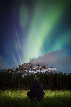 Cực quang trên núi Cascade, công viên quốc gia Banff: Khu vực ngắm cực quang lý tưởng này chỉ cách sân bay quốc tế Calgary 1,5 giờ lái xe. Ảnh: Paul Zizka.