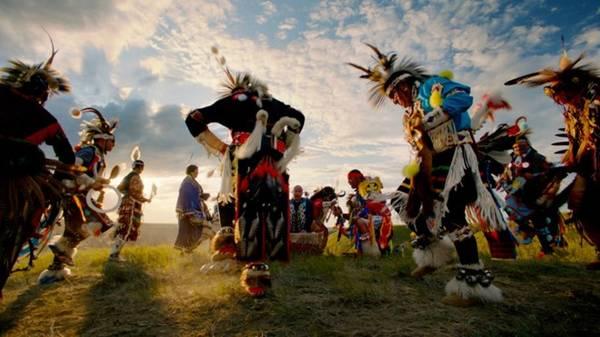 Horsethief Canyon, Alberta's Canadian Badlands: Lễ hội First Nations pow wow gồm có hát, nhảy múa, ăn uống ở gần thị trấn Drumheller, Alberta. Thị trấn nổi tiếng với bảo tàng Royal Tyrrell, nơi có những bộ hóa thạch khủng long lớn nhất thế giới. Ảnh: Sean Thomson.