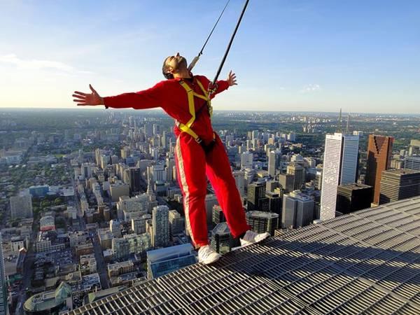 Thử cảm giác mạnh ở CN Tower, Toronto: Nằm ở độ cao 548 m, CN Tower từng giữ kỷ lục cao nhất thế giới trước khi mất ngôi vị về tay tòa nhà Burj Khalifa của Dubai. Du khách có thể ngắm cảnh Toronto bằng cách tham gia EdgeWalk để có cơ hội đi quanh mái của nhà hàng 36 0. Ảnh: Destination Canada.
