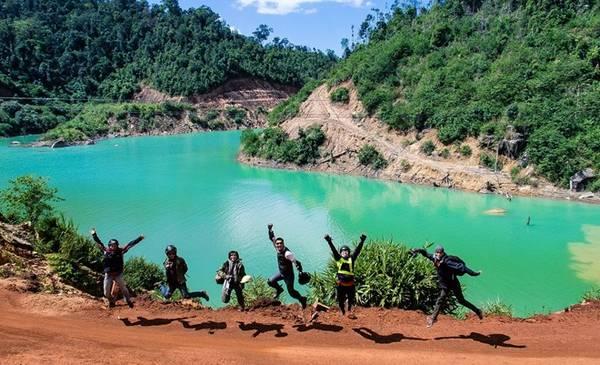 Chụp ảnh bên hồ Đạ Pal.
