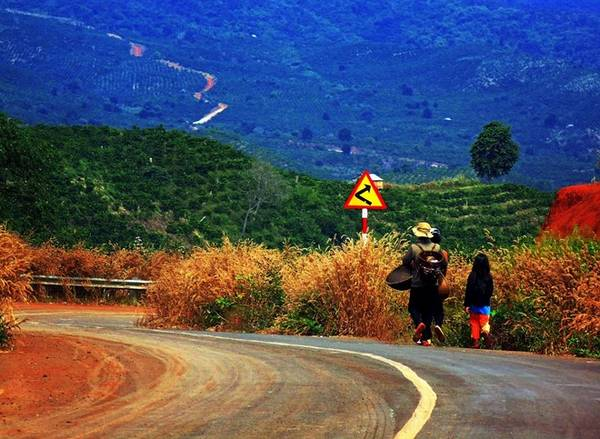 Đường QL28 mới mở đi qua hồ Tà Đùng rất thoáng và đẹp.