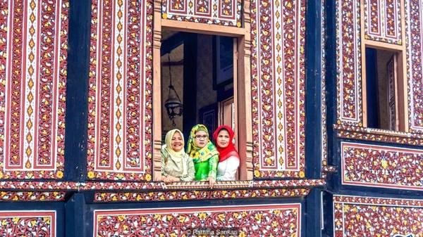 Vùng cao nguyên Tây Sumatra, Indonesia là nhà của các nhóm bộ tộc Minangkabau - nơi mà chế độ mẫu hệ vẫn còn tồn tại, phụ nữ mới là người cai trị, quyết định mọi thứ còn đàn ông chỉ là khách trong nhà vợ.