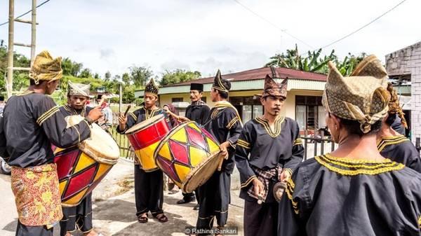 Trong đám cưới, mọi người sẽ chơi nhạc cụ có tên là gandang tambua (một loại trống). Các cô gái sẽ nhảy múa để chào đón chú rể về nhà mới.
