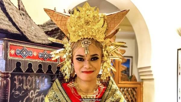 Theo truyền thuyết, đức vua của đế quốc Majapahit ở Java tuyên chiến với những người Minangkabau. Người đứng đầu vùng đất Sumatra đã đề nghị mỗi bên cử ra một con trâu để tranh đấu, thay cho chiến tranh thực sự. Trâu của người Minagkabau chiến thắng. Do đó, cái tên Minangkabau được tạo bởi từ Minang (chiến thắng) và kabau (trâu nước). Đây cũng là lý do mái nhà và đồ để đội đầu của phụ nữ có hình dạng như một cái sừng trâu.