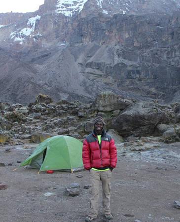 Justin Mtui có kinh niệm hơn 6 năm làm phu khuân vác trên núi Kilimanjaro. Ảnh: Nicoday.