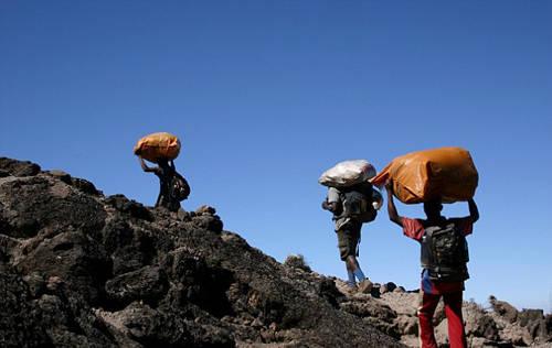 Phu khuân vác cũng không được người thuê mình đãi bữa ăn khi leo núi. Họ sẽ phải chuẩn bị thực phẩm mang theo từ nhà. Ảnh: Alamy.