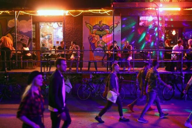 Điểm danh những chốn ăn chơi về đêm ở Berlin, du khách không thể không nhắc đến RAW, một khu vực sửa chữa tàu cũ ở phía đông thủ đô nước Đức. Đây là nơi tập trung các câu lạc bộ, quán bar, hồ bơi hay cả những khu vườn bia…