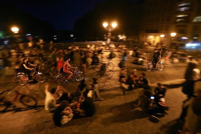 """""""Cuộc sống về đêm ở Berlin giống như một chuyến phiêu lưu đầy mê hoặc. Mỗi ngày bạn lại khám phá thêm một điều gì đó mới mẻ hơn"""", du khách Anh, Richard Shawn, chia sẻ."""