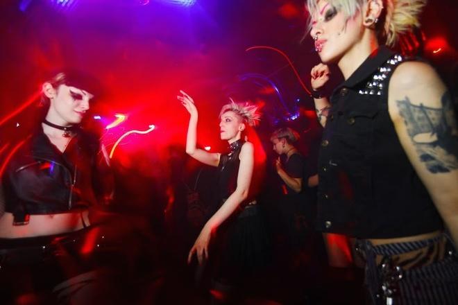 Đối với những người hâm mộ nhạc techno, một đêm ở câu lạc bộ Berghain huyền thoại là điều nhất định phải trải nghiệm. Du khách có thể dễ dàng bắt gặp hàng người chờ đợi kéo dài cả trăm mét để được vào bên trong. Dân địa phương nhờ đó có thể bán bia cho khách để kiếm thêm thu nhập.