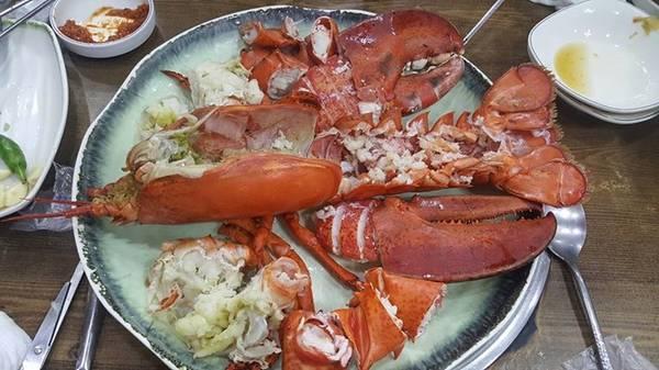 Đến đây, bạn có thể thưởng thức những món hải sản tươi sống được chế biến tại chỗ.
