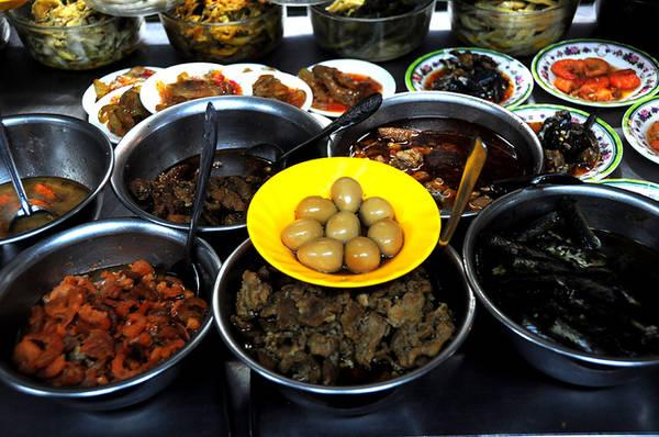 Lượng thức ăn có khi lên đến vài chục món để khách tùy ý lựa chọn. Mỗi phần cháo chỉ khoảng 15.000 đến 20.000 đồng.